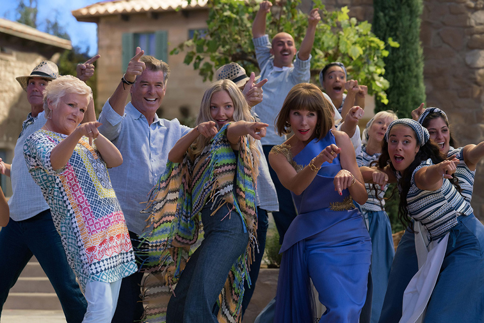 Julie Walters (Rosie), Pierce Brosnan (Sam), Amanda Seyfried (Sophie) a Christine Baranski (Tanya) Mamma Mia! Here We Go Again