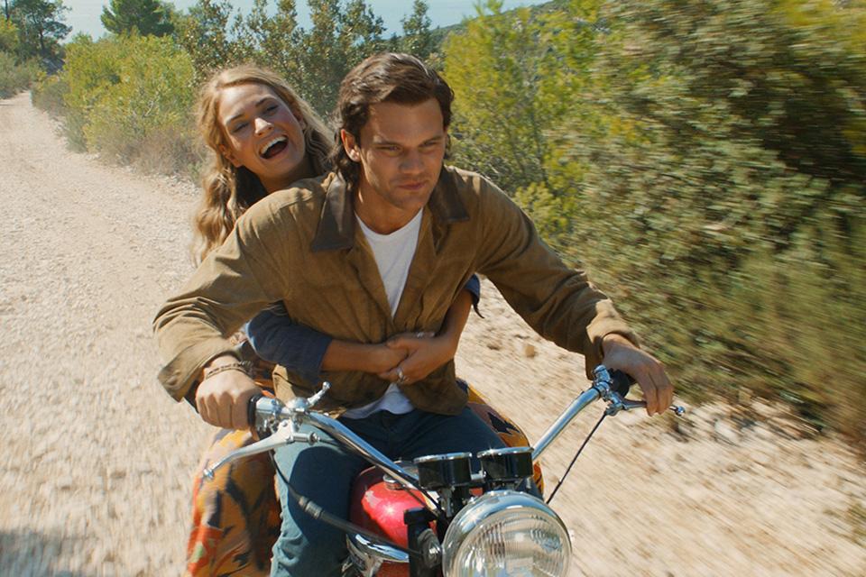 Lily James (mladá Donna) a Jeremy Irvine (mladý Sam) Mamma Mia! Here We Go Again