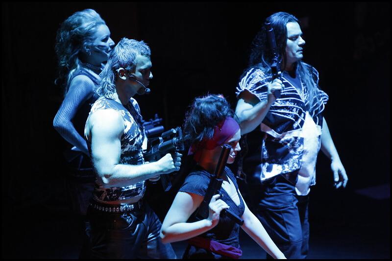"""Rocková opera """"Antigona"""" se vrátila se samopaly v rukách (+ video)"""